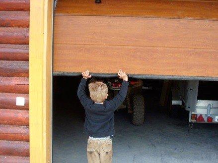 Ручные гаражные ворота секционные
