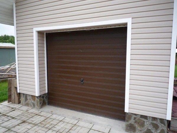 Секционные гаражные ворота в загородном доме