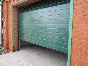 Секционные гаражные ворота зеленые