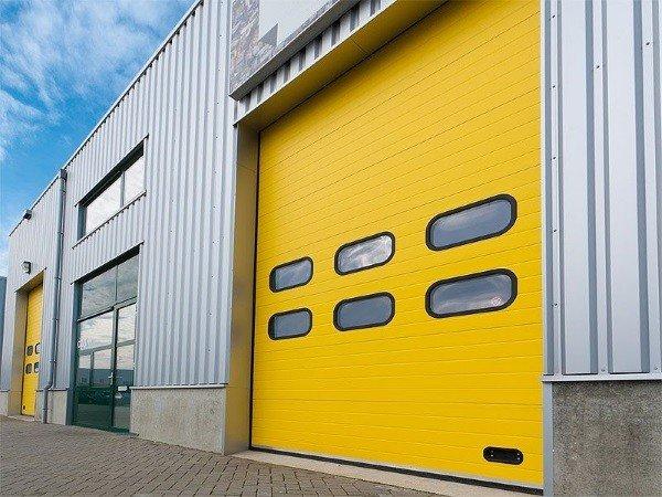 Желтые промышленные секционные ворота