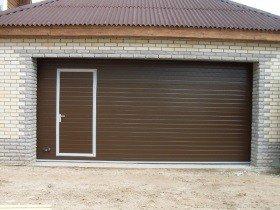 Секционные ворота в гараж с калиткой