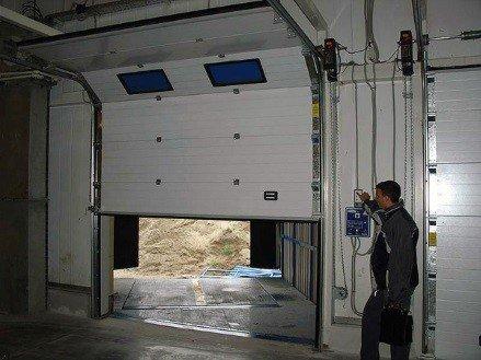 Ворота Алютех секционные с электроподьемом