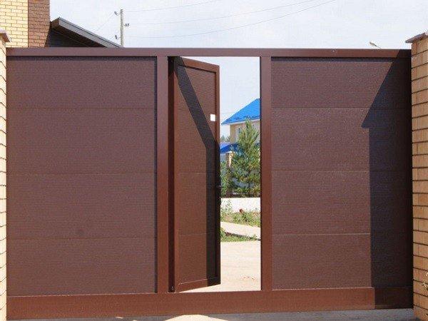 Секционные ворота въездные с калиткой