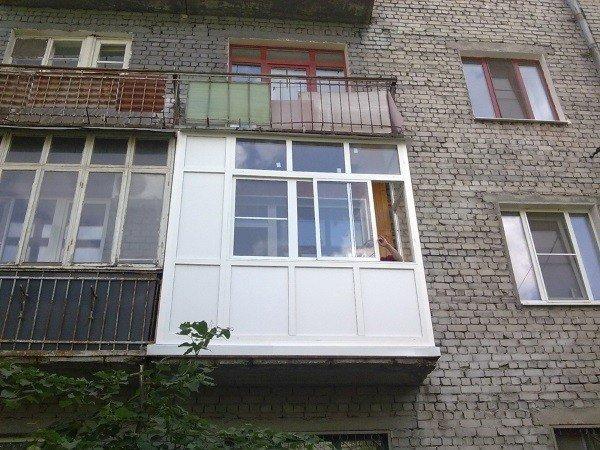 Застекление на балконе хрущевки