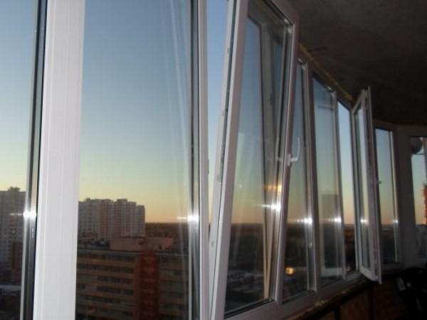 Недорогое пластиковое остекление балконов Брусбок