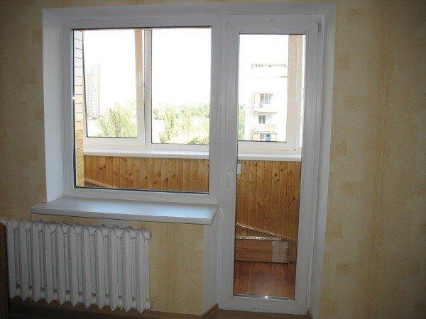Окно с прозрачной дверью ПВХ на балкон