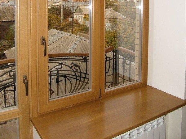 Пластиковые окна на балкон с дверью с ламинацией под дерево