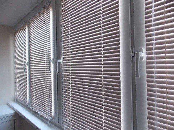 Пластиковые жалюзи на окна для балкона