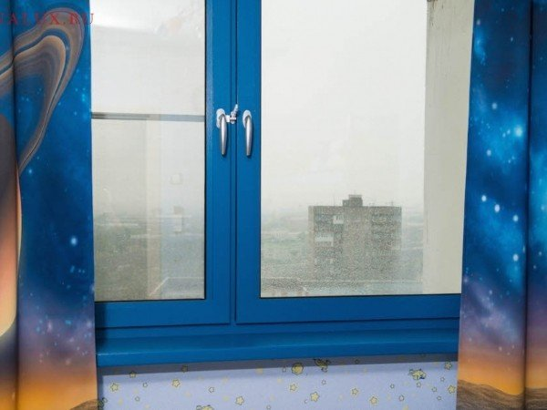 Цветное синее окно в детскую
