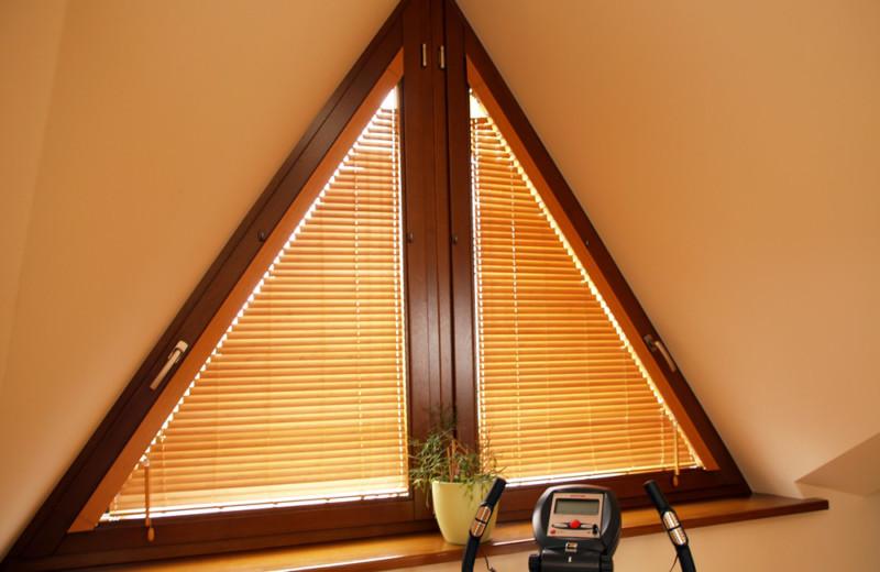 Треугольные деревянные окна