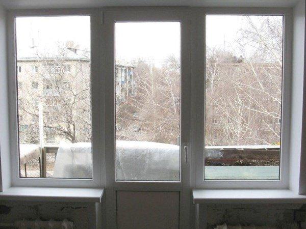 Окно по центру в балконном блоке