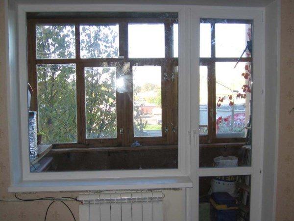 окно справа в балконном блоке