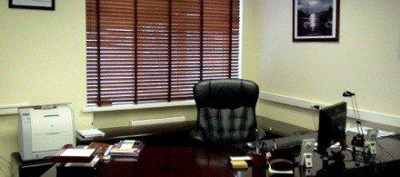 Деревянные горизонтальные жалюзи в офис