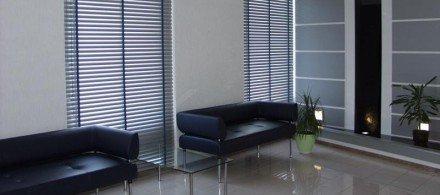 Алюминиевые горизонтальные жалюзи в офис