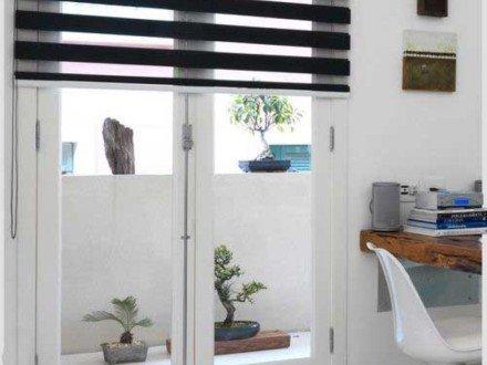 Рулонные жалюзи зебра на балконную дверь