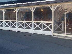 Гибкие окна на веранде ресторана