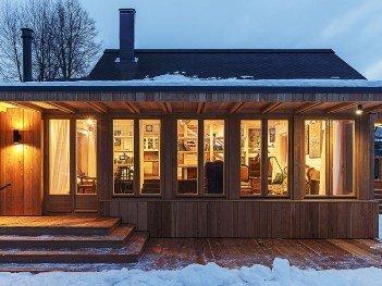 Остекление коттеджа деревянными окнами