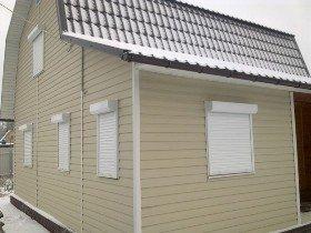Рольставни на окна дома с сайдингом