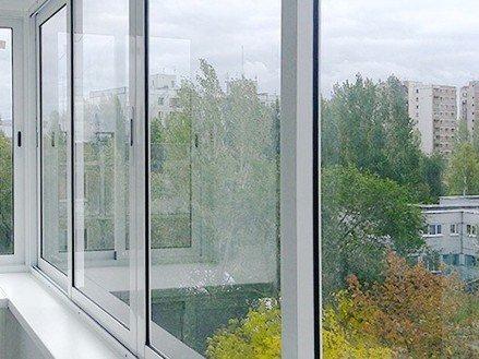 Раздвижное остекление балкона под ключ