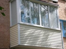 Наружная отделка балкона белый сайдинг