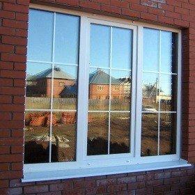 Окна с раскладкой в кирпичный дом