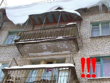 Крыша на балкон, требующая ремонта