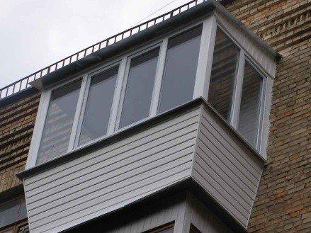 Выносное остекление балкона с крышей