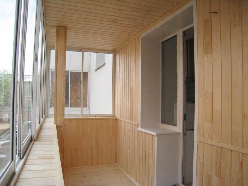 Отделка балкона под ключ деревянной вагонкой