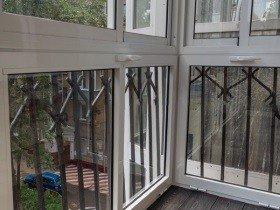 Французский балкон с парапетом из металла