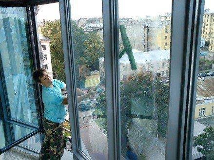 Мытье французских окон на балконе