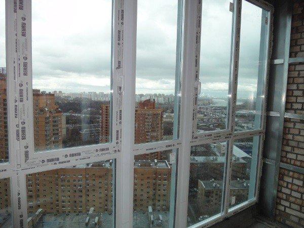 Пластиковые окна на балкон со стеклопакетом