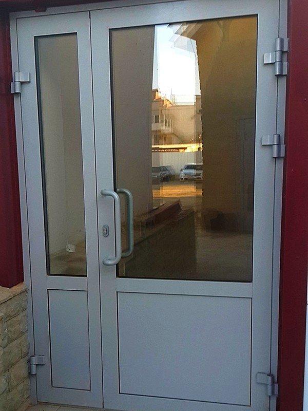пластиковые двери со стеклопакетами