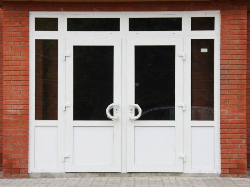 Пластиковые входные двери