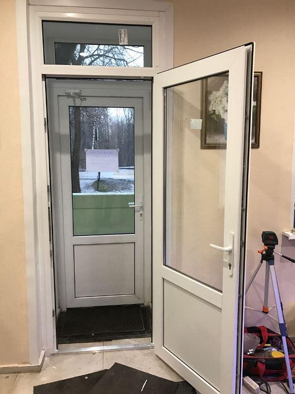 дверь с окном эконом